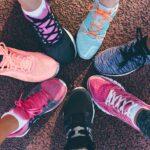 Verschiedene Laufschuhe bilden einen Kreis.