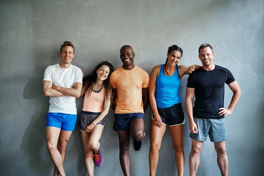 Eine Gruppe Läufer steht herum und lacht.