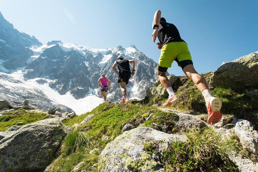Eine Gruppe läuft motiviert in den Bergen.