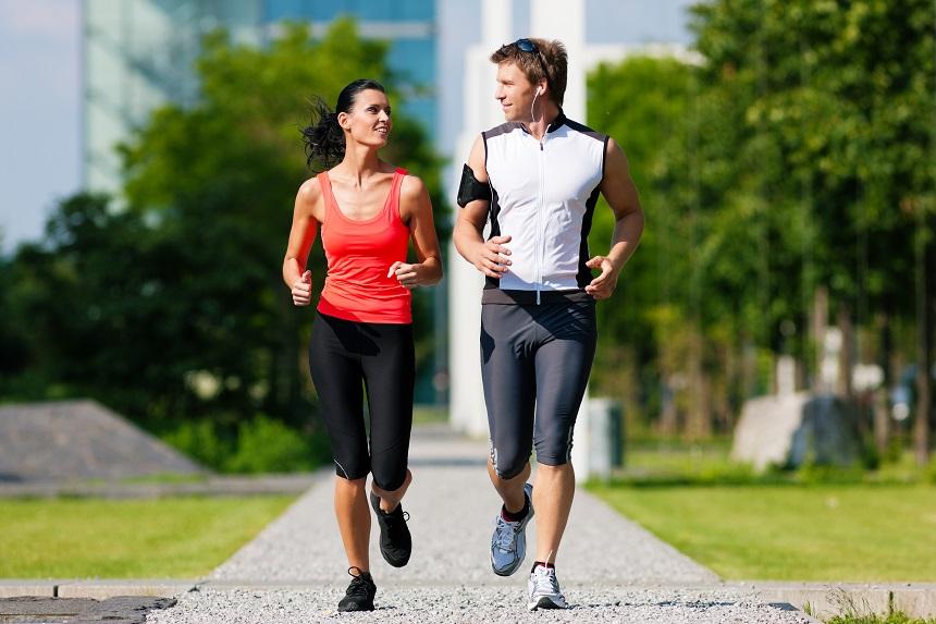 Ein Paar motiviert sich gemeinsam zu laufen.