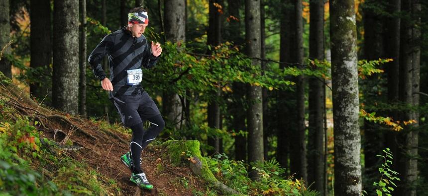Ein Mann läuft durch den Wald.